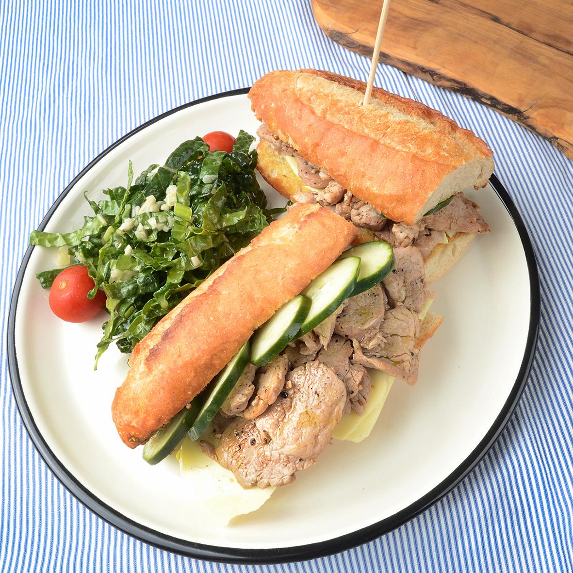 큐반 샌드위치와 케일 샐러드