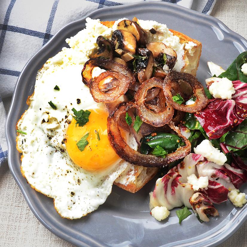 계란 후라이를 얹은 버섯 타틴 오픈 샌드위치