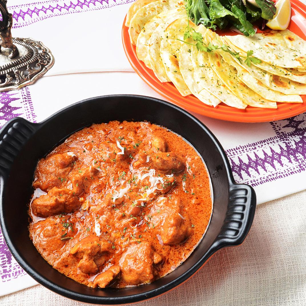 전통 인도 커리 치킨 티카 마살라와 또띠아