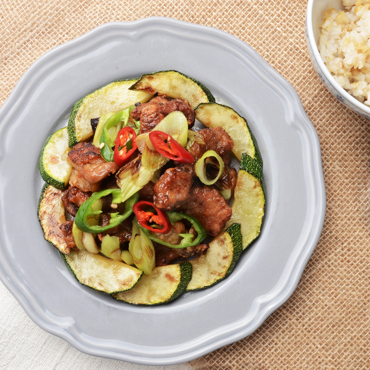 돼지 호박 볶음을 곁들인 돼지 목살 스테이크